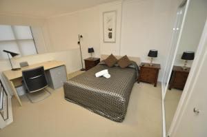 A bed or beds in a room at Darlinghurst Fully Self Contained Modern 1 Bed Apartment (POP)