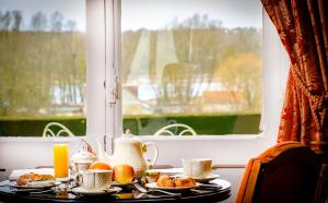 Breakfast options available to guests at Château De Pray