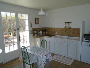A kitchen or kitchenette at Gite Grand R
