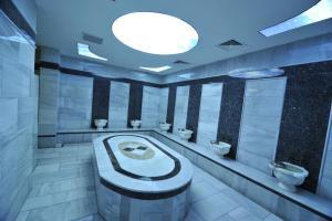 A bathroom at Grand Cenas Hotel