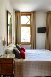 Een bed of bedden in een kamer bij Hotel Pastis