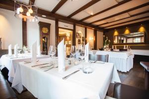 Ein Restaurant oder anderes Speiselokal in der Unterkunft Hotel Waldhorn