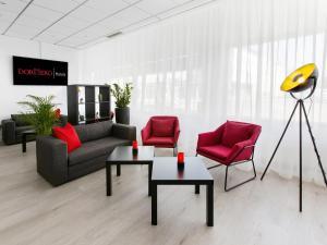 A seating area at DORMERO Hotel Dessau-Roßlau