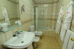 A bathroom at Villamar Hotel