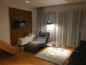 A television and/or entertainment centre at Apartament Biznesowy Willa Park