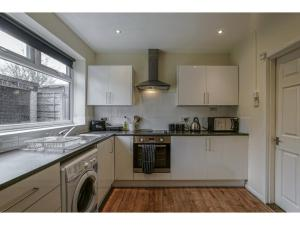 A kitchen or kitchenette at Spacious, quiet dwelling for up to 6, Manchester