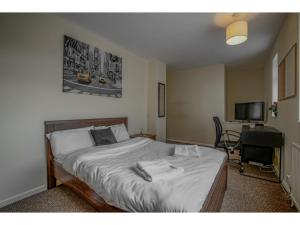 A bed or beds in a room at Spacious, quiet dwelling for up to 6, Manchester