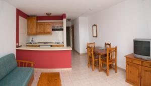 Een keuken of kitchenette bij Apartamentos Checkin Laurisilva