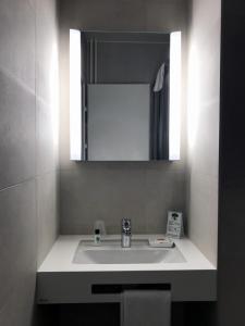 Ein Badezimmer in der Unterkunft Hôtel de l'Ecluse