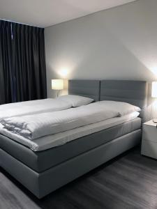 Ein Bett oder Betten in einem Zimmer der Unterkunft Hôtel de l'Ecluse