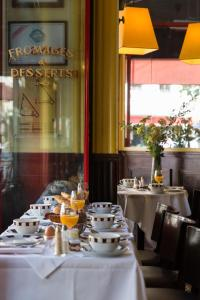 A restaurant or other place to eat at Hôtel Le Relais Saint-Germain