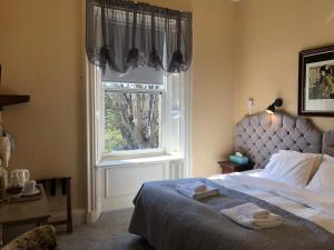 Un pat sau paturi într-o cameră la Allison House 16