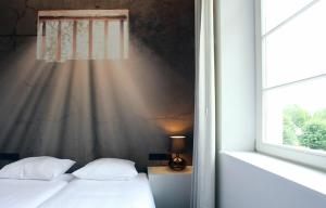 A bed or beds in a room at Hotel The Lodge Vilvoorde