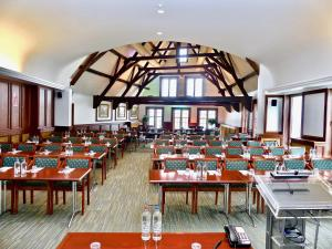 A restaurant or other place to eat at Golden Tulip Hotel de' Medici