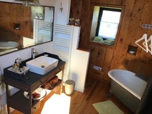 A bathroom at Le Moulin de Margaux
