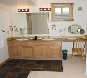 A bathroom at Yellowstone Basin Inn