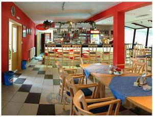 Reštaurácia alebo iné gastronomické zariadenie v ubytovaní Hotel Mariana Gaborika