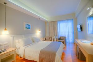 Un ou plusieurs lits dans un hébergement de l'établissement Elea Beach Hotel
