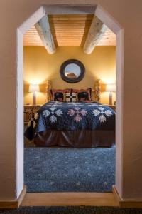 A bed or beds in a room at Mariposa Lodge Bed and Breakfast