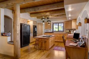 A kitchen or kitchenette at Mariposa Lodge Bed and Breakfast
