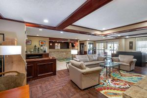 The lobby or reception area at Quality Suites Addison-Dallas