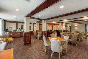 A restaurant or other place to eat at Quality Suites Addison-Dallas