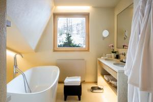A bathroom at Hotel Hermitage Relais & Châteaux