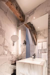 A bathroom at Boutique Hotel Sablon