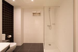 Uma casa de banho em AP Eva Senses