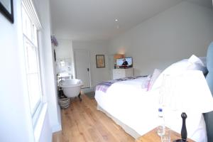 A bed or beds in a room at Bel and The Dragon-Kingsclere