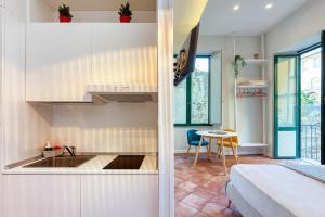 A kitchen or kitchenette at Localita Renella Apartment Sleeps 6 Air Con WiFi