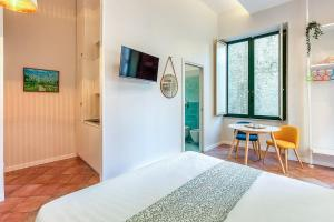 A television and/or entertainment centre at Localita Renella Apartment Sleeps 6 Air Con WiFi