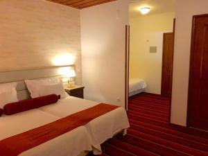 Uma cama ou camas num quarto em Hotel Eurosol Seia Camelo
