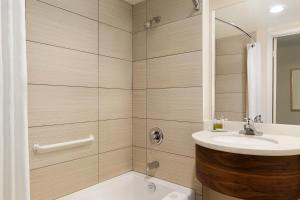A bathroom at Travelodge by Wyndham Victoria Airport Sidney