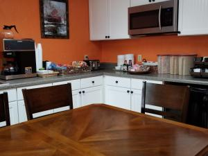 A kitchen or kitchenette at Scenic Rivers Inn