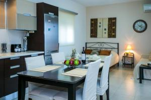 A restaurant or other place to eat at Perfect View Luxury Apartment