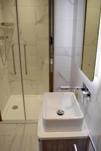 A bathroom at Dunarain Bed & Breakfast