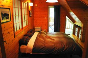 A bed or beds in a room at Big Bear Chalets & Apartments