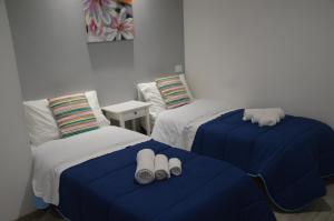A bed or beds in a room at Acquamarina b&b