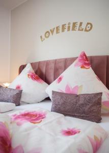 A bed or beds in a room at Das kleine Altstadthotel