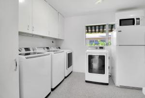 A kitchen or kitchenette at The Gondolier Inn