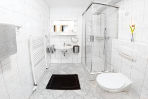 A bathroom at Hotel Restaurant Waldlust