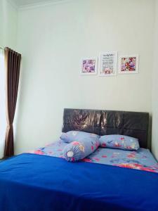 A bed or beds in a room at Villa keluarga permata batu