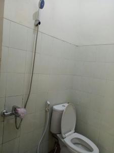 A bathroom at Villa keluarga permata batu