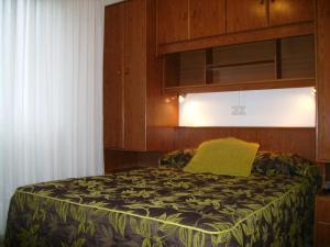 A bed or beds in a room at Pensión Bella Vista