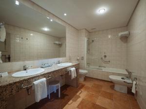 A bathroom at Parador de Cangas de Onís