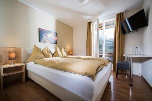 Кровать или кровати в номере Jungfrau Hotel