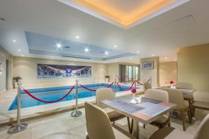 A piscina localizada em Al Muhaidb Residence Salahuddin ou nos arredores
