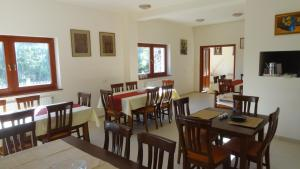 A restaurant or other place to eat at Pension Magnolia 2