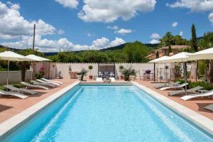 Der Swimmingpool an oder in der Nähe von La Ferme Rose-Hôtel de Charme